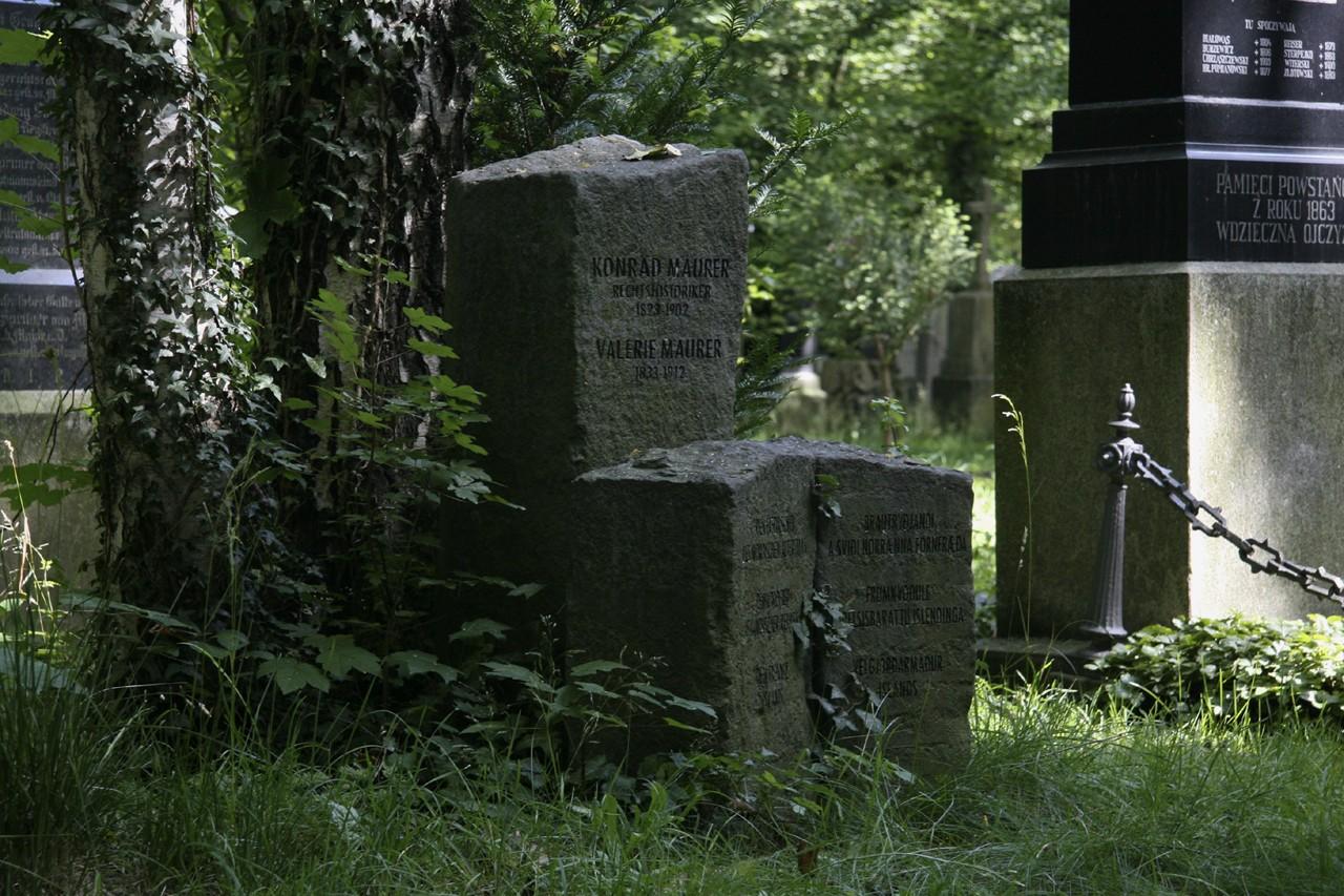 Das Grab Maurers mit Gedenkstein