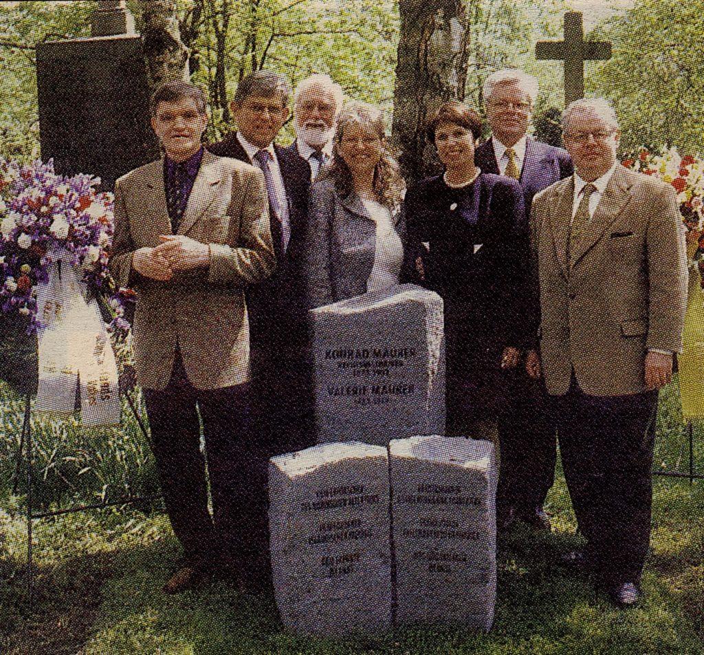 Am Grab Konrad Maurers in München: Árni Björnsson, Björn Bjarnason, Kurt Schier, Rut Ingólfsdóttir, Valgerður Valsdóttir, Ingimundur Sigfússon und Jóhann J. Ólafsson