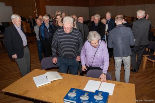 Die isländische Ausgabe des Reiseberichts wird gekauft.