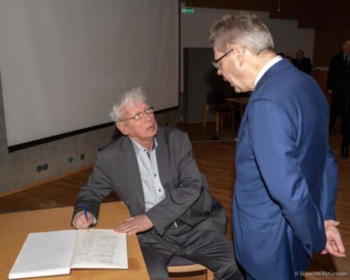 Halldór Blöndal und Már Guðmundsson kauf en den Reisebericht Maurers.
