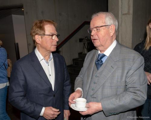 Links Ólafur Örn Haraldsson, Präsident des Ferðafélag Íslands, rechts Jóhann Ólafsson